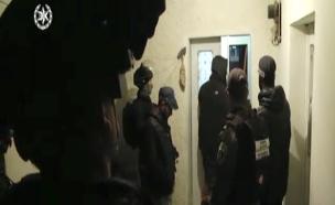 שוטרים בפשיטה על בתים של מחבלים במזרח ירושלים (צילום: דוברות המשטרה)
