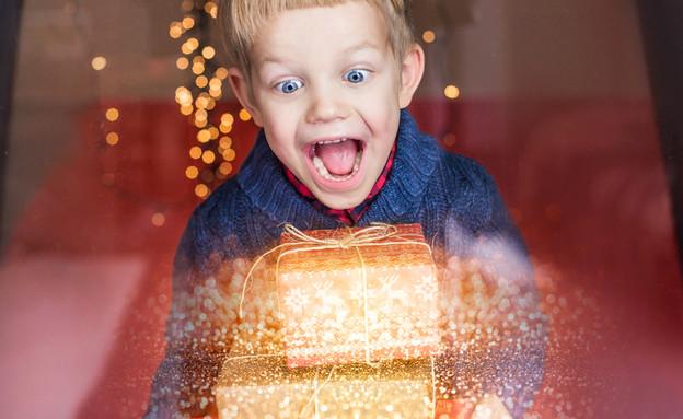 ילד מקבל מתנה  (צילום: Shutterstock)