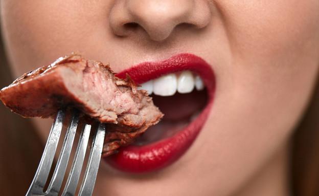 אישה אוכלת בשר (צילום: Shutterstock)