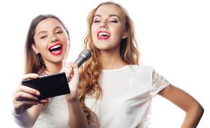 שתי בחורות מקליטות את עצמן שרות (צילום: ShutterStock)