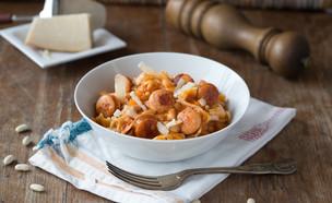 תבשיל שעועית לבנה עם נקניקיות ופרפאלה (צילום: דרור עינב, אוכל טוב)