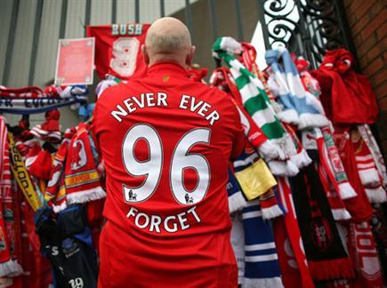 תחושת הצדק מעל הכל. אוהד ליברפול זוכר את ההרוגים (getty) (צילום: ספורט 5)