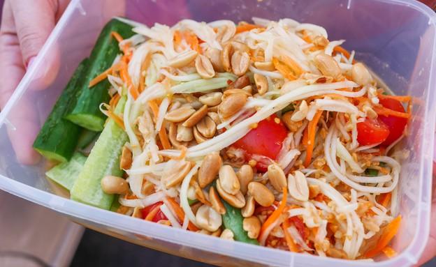 סלט פפאיה, דוכן תאילנדי, שוק הכרמל (צילום: גיל גוטקין, אוכל טוב)