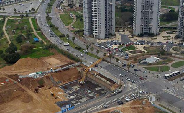 אתר הבנייה בו קרס המנוף (צילום: דוברות כיבוי אש)