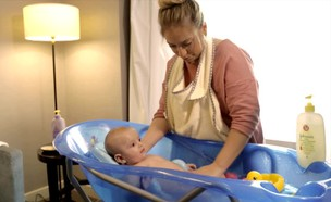 אמבטיה לתינוק (צילום: אור גץ)