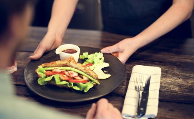 מלצרית מחזירה מנה (צילום: Shutterstock, אוכל טוב)