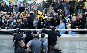 ההפגנות מחוץ לקריה בזמן הרשעת אזריה (צילום: רויטרס)