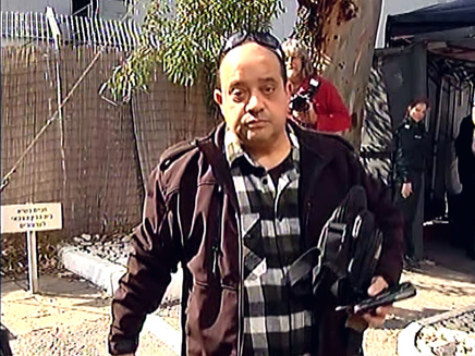 אביו של אזריה בכניסה לבית הדין