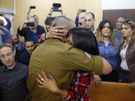 אלאור אזריה מחבק את אימו בבית המשפט לקראת גזר הדין