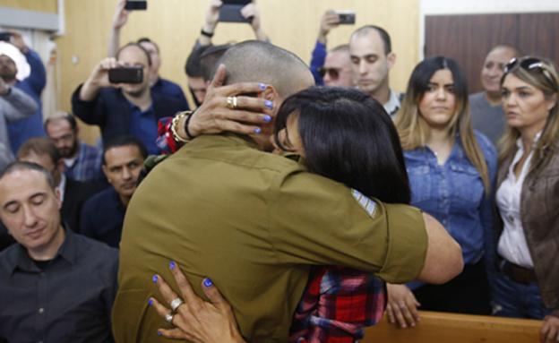 """אלאור אזריה מחבק את אימו בבית המשפט לקראת גזר הדין (צילום: תומר אפלבאום """"הארץ"""")"""