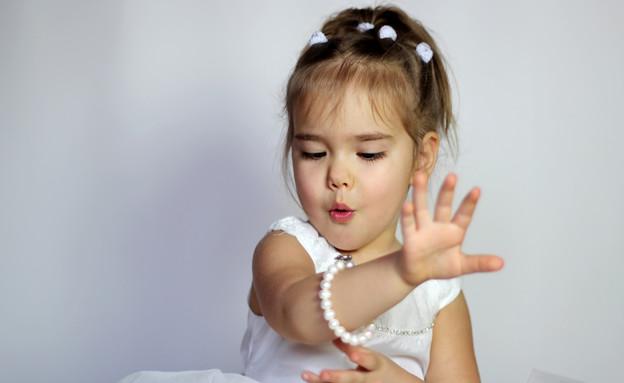 ילדה עם תכשיטים (צילום: Shutterstock)