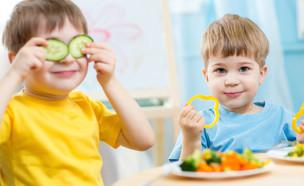 ילדים משחקים באוכל (צילום: Shutterstock)