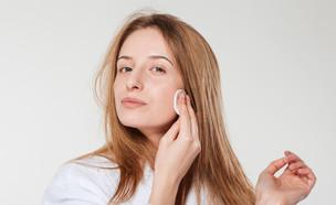 אישה מחטאת פצעון (צילום: Shutterstock, מעריב לנוער)