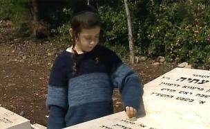 נתן מעל לקבר אחיו נחמן (צילום: חדשות 2)
