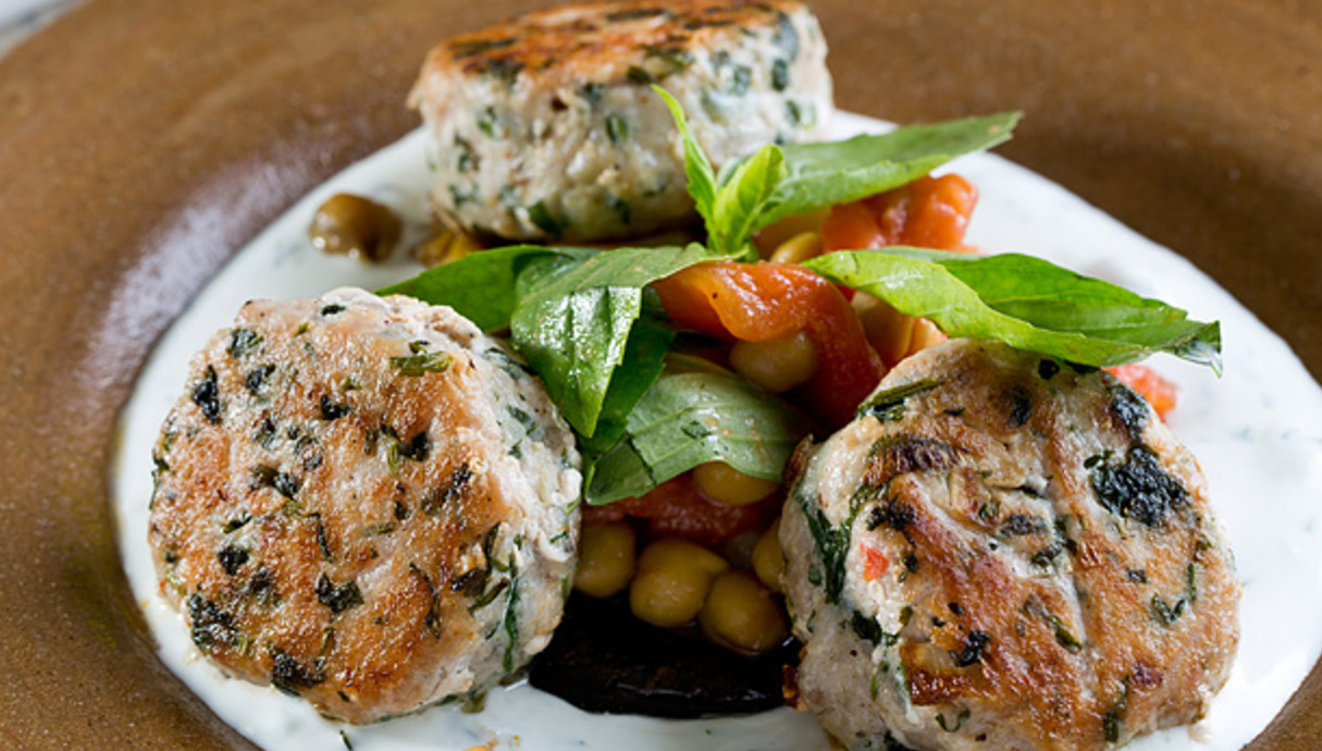 קבב דג ים עם חציל צרוב, גרגירי חומוס וציזיקי, קלמט