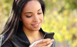 אישה עם סמארטפון (צילום: Antonio Guillem, Shutterstock)