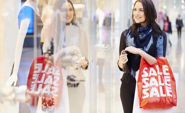 אישה עם שקית של סייל (אילוסטרציה: Shutterstock)