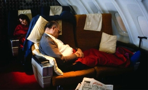 מנחם בגין ישן במטוס (צילום: דויד רובינגר)