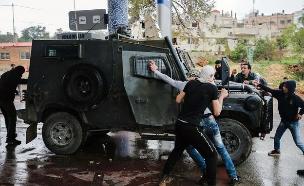 פלסטנים תוקפים גיפ מגב צהלי (צילום: חדשות 2)