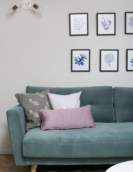 14 ספה בגוון כחול ירקרק משתלבת נהדר בסביבה מונוכרומטית ועם צבע (צילום: שירן כרמל עיצוב קרן בר)