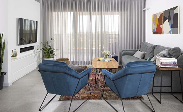 17 זוג כורסאות בכחול עז ובמראה מודרני עיצוב רוני ברטל (צילום: שי אפשטיין)