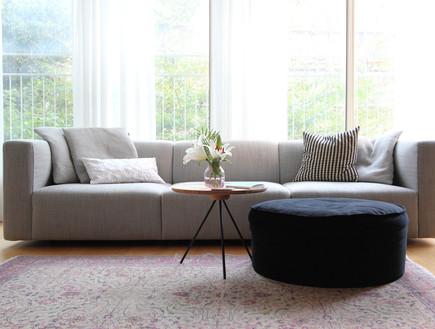 20 פוף בקטיפה שחורה לצד ספה בעלת נוכחות עיצוב לירון גונן