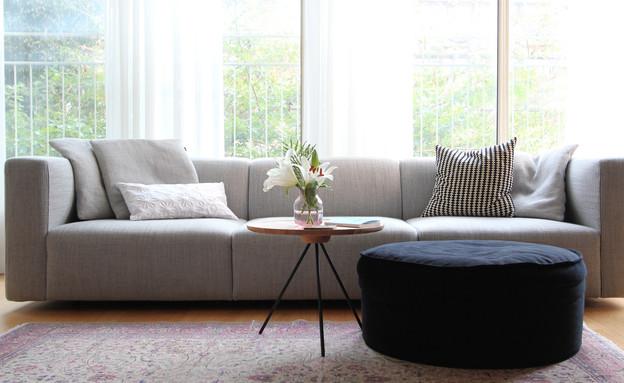 20 פוף בקטיפה שחורה לצד ספה בעלת נוכחות עיצוב לירון גונן (צילום: לירון גונן)