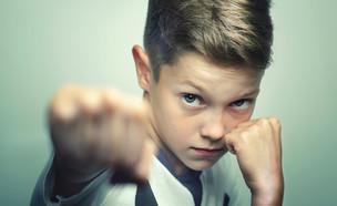 ילד עושה אגרוף (צילום: Shutterstock, מעריב לנוער)