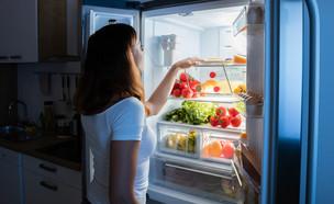 מחפשת במקרר, לילה, מטבח (צילום: Shutterstock, מעריב לנוער)