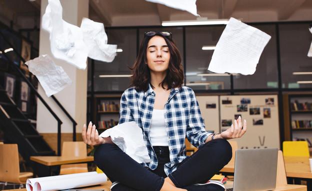 אישה עושה מדיטציה (צילום: Shutterstock)