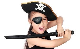 ילדה בתחפושת של פיראט / שודד ים (צילום: ShutterStock)