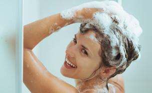 אישה חופפת במקלחת (צילום: Shutterstock)