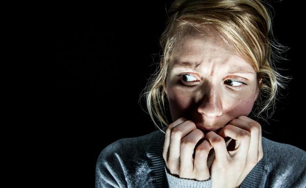 אישה מפחדת (צילום: Shutterstock, מעריב לנוער)
