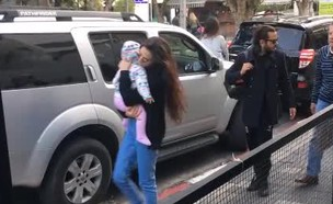 יאנה יוסף וציון ברוך מבלים עם התינוקת אלה (צילום: צ'ינו פפראצי)