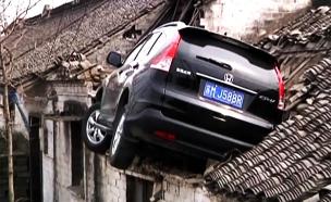 צפו: כיצד הגיע הרכב אל גג המבנה? (צילום: CCTV)