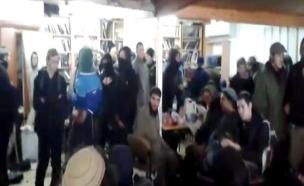 בית הכנסת בעמונה לפני פינוי (צילום: חדשות 2)