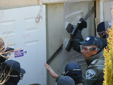 שוטרים פורצים את המכשולים