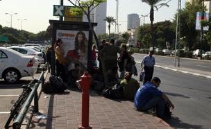 תחנת אוטובוס - אנשים (צילום: חדשות 2)