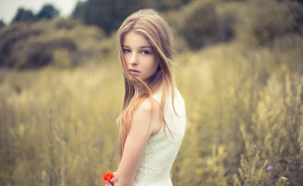 נערה בשדה (צילום: Shutterstock, מעריב לנוער)
