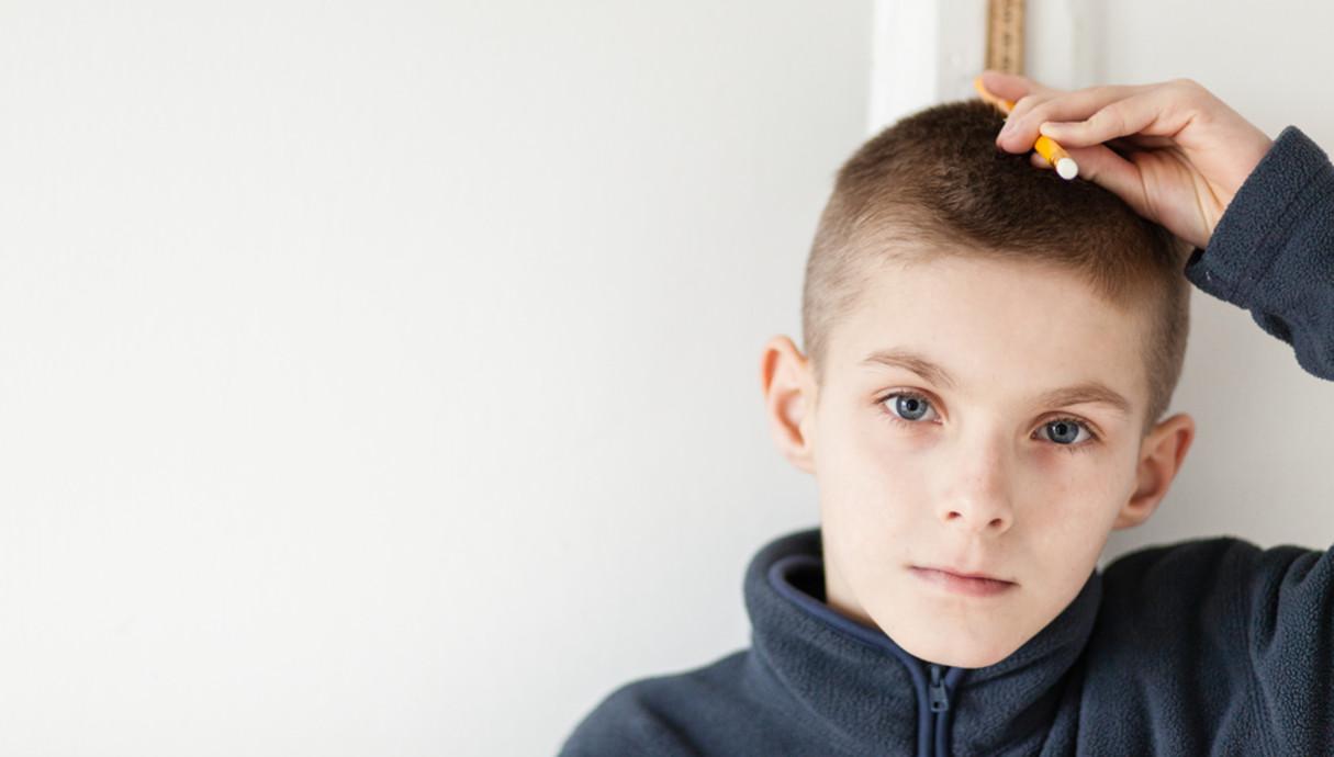 ילד מודד לעצמו את הגובה (צילום: Shutterstock/Jan H. Andersen)