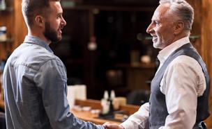 גברים לוחצים ידיים (צילום: Shutterstock)