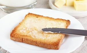טוסט עם חמאה (צילום: Galina Mikhalishina, Shutterstock)