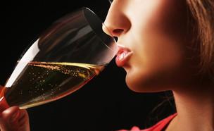 אישה שותה שמפניה (צילום: Shutterstock)