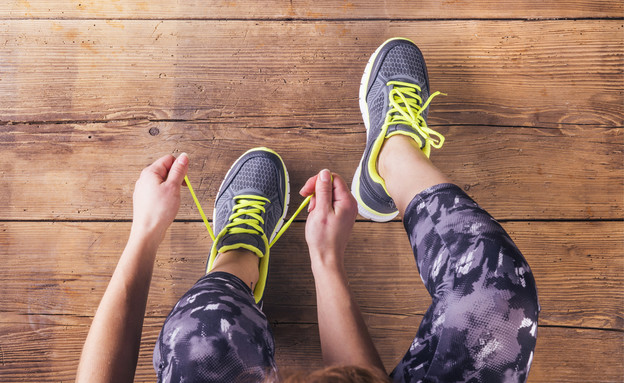 קושרת נעלי ספורט (צילום: Shutterstock)