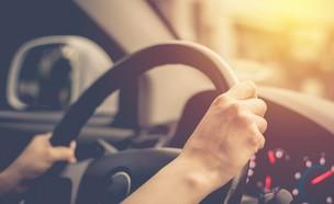 אישה נוהגת במכונית (אילוסטרציה: Shutterstock)