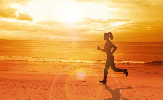 ריצה בים שקיעה (צילום: Shutterstock)