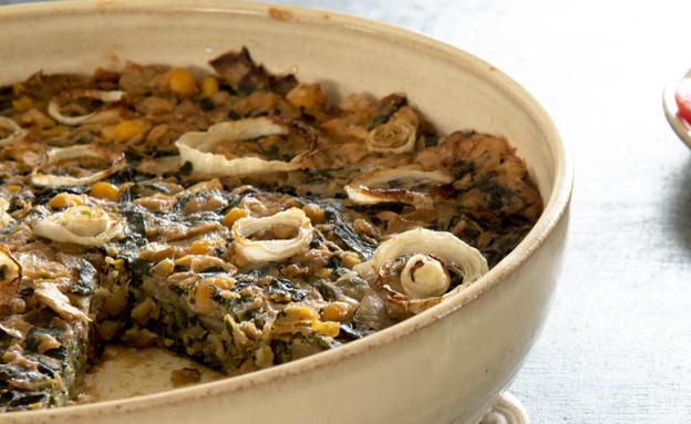 פשטידת בצל, מנגולד וגרגירי חומוס - מהצד (צילום: ענבל כבירי | הכלים באדיבות הקרמיקאית שרית רשף, אוכל טוב)