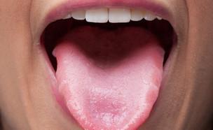 אישה מוציאה לשון (צילום: Kues, Shutterstock)