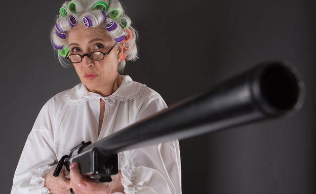 זקנה עם אקדח (צילום: Shutterstock)