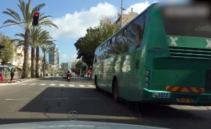 דקה של עבירות תנועה ביום בישראל, מעבר באדום (צילום: חדשות 2)